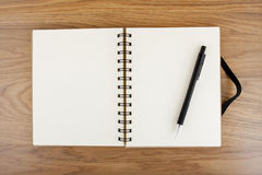 Geöffnetes Notizbuch mit schwarzem elastischem Band und Bleistift Stockfotografie