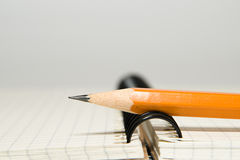 Geöffnetes Notizbuch und Bleistift an über Weiß Lizenzfreie Stockfotografie