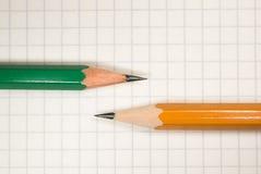 Geöffnetes Notizbuch und Bleistifte an über Weiß Lizenzfreies Stockfoto