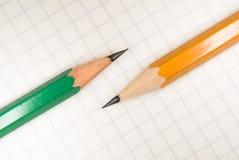 Geöffnetes Notizbuch und Bleistifte an über Weiß Stockfotografie