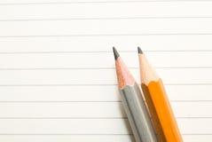Geöffnetes Notizbuch und Bleistifte auf dem alten Gewebe Lizenzfreies Stockfoto