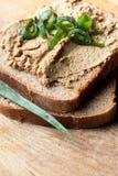 Geöffnetes Sandwich mit Leberpastete Stockbild
