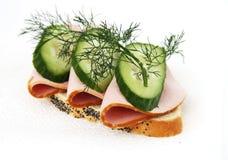 Geöffnetes Sandwich witn Wurst und Gurke Lizenzfreie Stockfotos