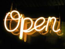 Geöffnetes Zeichen des Neons Stockbild
