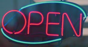 Geöffnetes Zeichen des Neons Stockfoto