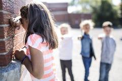Âge élémentaire intimidant dans la cour de récréation Photo stock