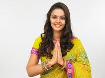 ge den indiska traditionella välkommna kvinnan Arkivbild