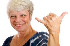 ge den mogna teckenkvinnan för hang loose royaltyfria bilder