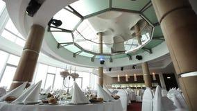 Ge en bankett för korridoren som är förberedd för det härliga rummet för bröllop med ett glass tak stock video