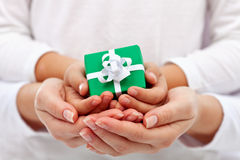 Ge en gåva - barn- och kvinnahänder med gåvaasken royaltyfria foton