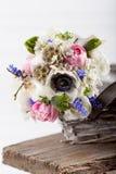 Ge en härlig vårbukett i korgen Arkivfoto