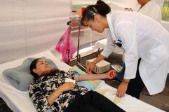 Ge första erfarenhet donatorn och doktorn royaltyfria bilder
