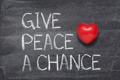 Ge fred en möjlighetshjärta fotografering för bildbyråer