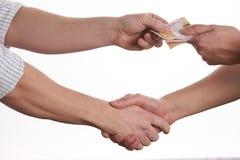 ge handpengar Skaka händer som isoleras på vit bakgrund Arkivfoto