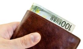 Ge mutan från den bruna läderplånboken med hundra isolerade euro Fotografering för Bildbyråer