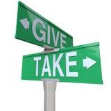 Ge och ta medmänskliga dubbla vägmärken som är giriga eller Royaltyfria Bilder