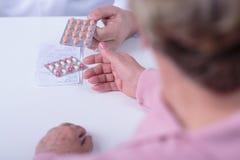 Ge receptet och medikamentet Arkivbilder