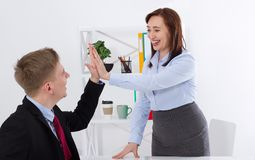 Ge sig för affärskvinna som och för affärsman är högt-fem för bra jobb på kontorsbakgrund Baneraffärsidé kopiera avstånd royaltyfri fotografi