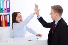 Ge sig för affärskvinna som och för affärsman är högt-fem för bra jobb på kontorsbakgrund Baneraffärsidé kopiera avstånd arkivbild
