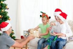 ge sig för dotterfader som är lyckligt hans present till Royaltyfria Bilder