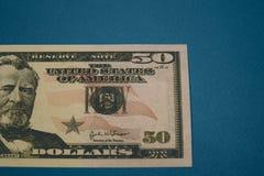 Ge?soleerde Amerikaanse vijftig dollarrekening op blauwe achtergrond stock foto's