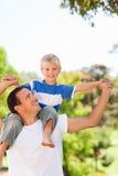 ge sonen för man på ryggen arkivfoton