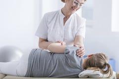 Ge tillbaka massage till barnet arkivfoton