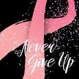 Ge upp aldrig handen drog bokstävercitationstecknet för bröstcancermedvetenhetkort Arkivbild