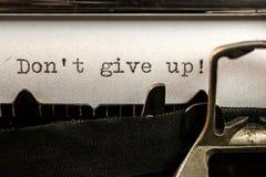 Ge upp inte! smsa skriftligt vid den gamla skrivmaskinen royaltyfria bilder