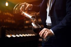 Ge utmärkt vinservice, presentationen av vinet och att hälla arkivbilder
