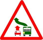 Ge vägen att bussa det röda triangulära varningsvägmärket som isoleras på vit bakgrund Royaltyfria Bilder