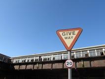 Ge vägtecknet Dover England royaltyfria bilder