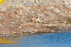 Geaccumuleerd afval die aan oceaan na een regenachtige dag in het vogelreservaat in Zuidelijk Californië worden geveegd stock fotografie
