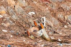 Geaccumuleerd afval die aan oceaan na een regenachtige dag in het vogelreservaat in Zuidelijk Californië worden geveegd stock foto's