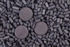 Geactiveerde koolstofkorrels en tabletten Royalty-vrije Stock Afbeelding
