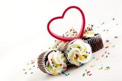Geada branca dos queques do chocolate com coração Imagem de Stock
