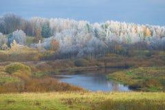 A geada da manhã de outubro no vale do rio de Sorot Região de Pskov, Rússia imagem de stock royalty free