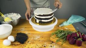 Geada de derramamento no bolo Fazendo o bolo de camada do chocolate série video estoque