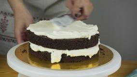 Geada de derramamento no bolo Fazendo o bolo de camada do chocolate série vídeos de arquivo