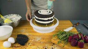 Geada de derramamento no bolo Fazendo o bolo de camada do chocolate série filme