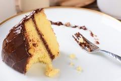Geada do chocolate do bolo amarelo imagens de stock