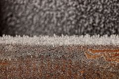 Geada do inverno em um objeto preto fotografia de stock