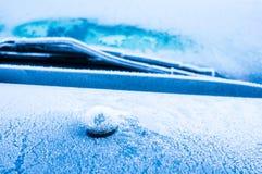 A geada gelado forma cristais de gelo em testes padrões originais bonitos no carro Imagem de Stock Royalty Free