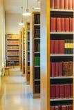 Gealterte alte alte Weinlese-Bücher auf einem Shelfs in der Bibliothek Lizenzfreie Stockfotografie