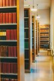 Gealterte alte alte Weinlese-Bücher auf einem Shelfs in der Bibliothek Stockfoto