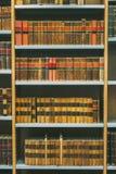 Gealterte alte antike alte Weinlese-Bücher auf einem Shelfs in der Bibliothek Lizenzfreie Stockfotografie