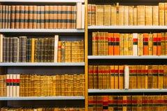Gealterte alte antike alte Weinlese-Bücher auf einem Shelfs in der Bibliothek Stockbild