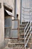 Gealterte Architektur mit Fenster und Treppe Stockfotos