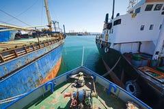 Gealterte Boote nebeneinander gebunden Lizenzfreie Stockfotografie