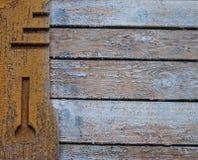 Gealterte dekorative hölzerne Elemente auf alter schäbiger Wand Lizenzfreie Stockfotografie